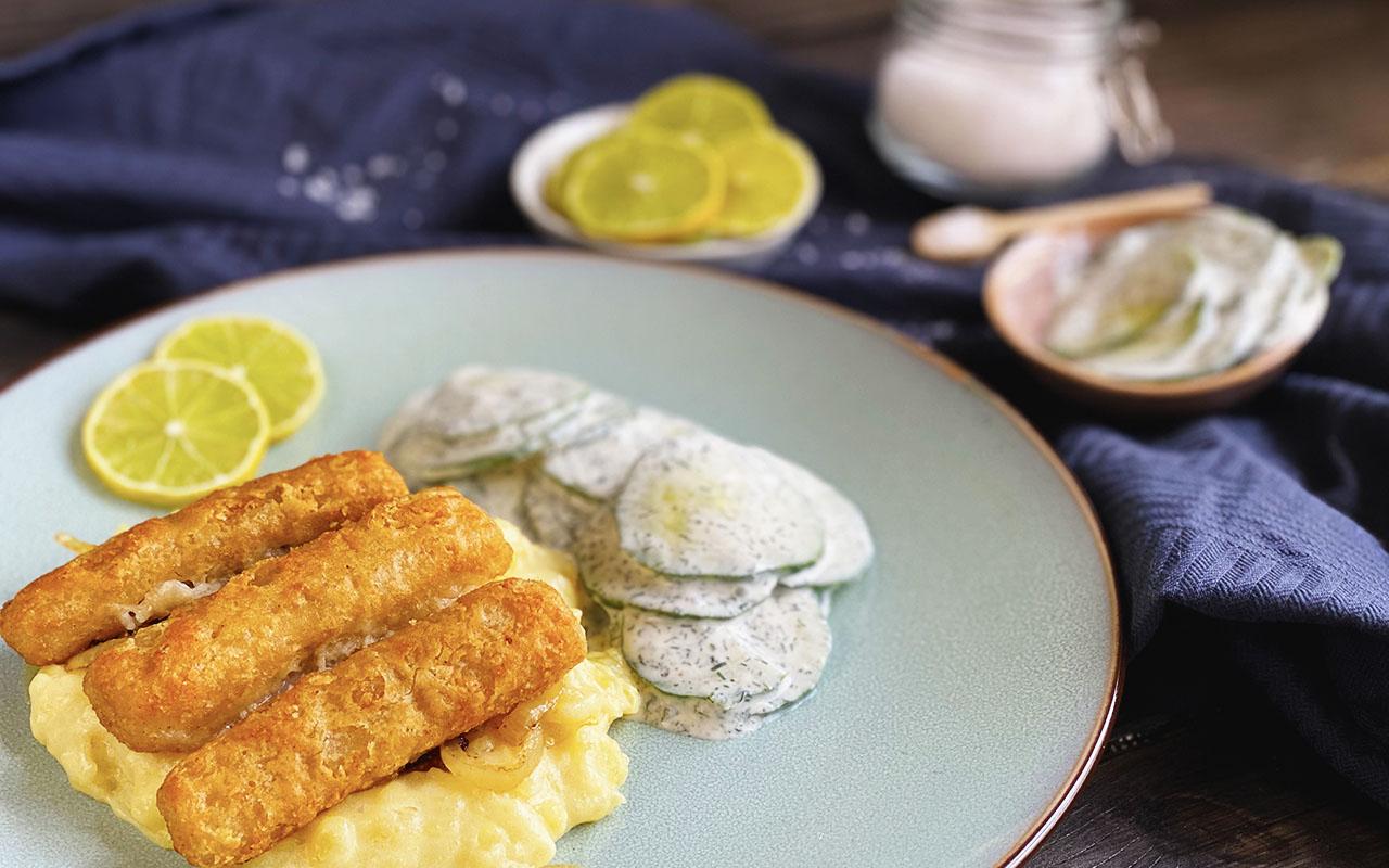 Fischstäbchen mit Kartoffelbrei und Gurkensalat