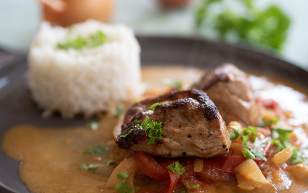 Filet mit Reis und Zwiebel-Tomaten